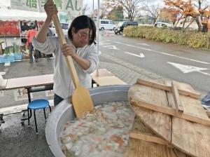 大鍋で丁寧に豚汁を煮込む青年部盟友