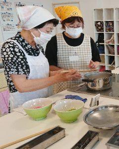 写真=照井さん(左)から寒天のつくり方を学ぶ受講生
